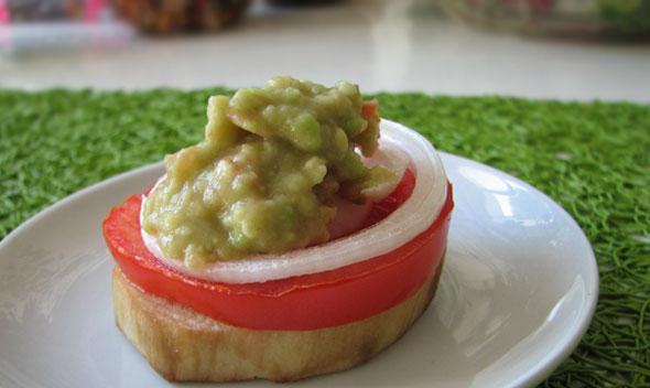 Obloženi melancani z gvakamole omako