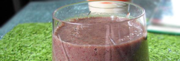 Kofetarski smoothie - banana, črni ribez in blitva