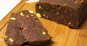 Čokoladni kolač s pistacijami
