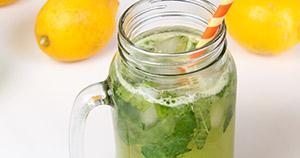 Kumarični napitek z meto in limono