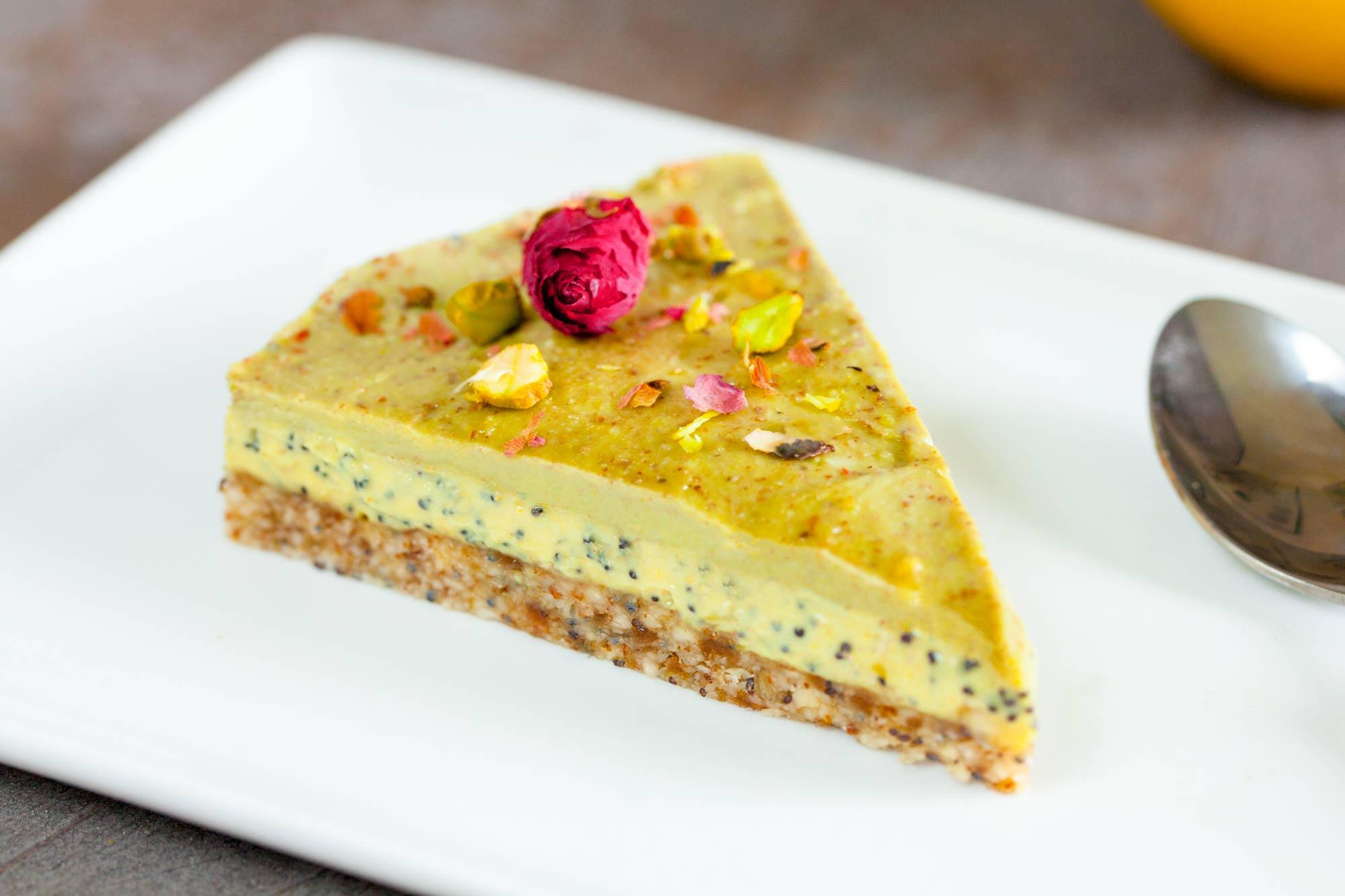 Limonina matcha torta z makom in pistacijo